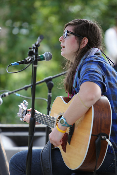 8901_Julia_Hanowell_at_the_Green_Stage_2010